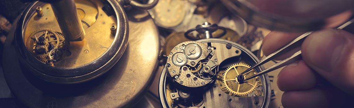 Uhrmacherkunst, Uhrmacher repariert alte Taschenuhr | Delphos Technische Kriminalprävention
