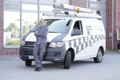 Delphos Alarmsysteme und Sicherheitstechnik - MItarbeiterbild vor der Unternehmenszentrale